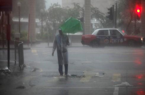caught in rain HK 2012 typhoon 600_qpyxyat2jcj1nznmtmwptmdgoka6yhax